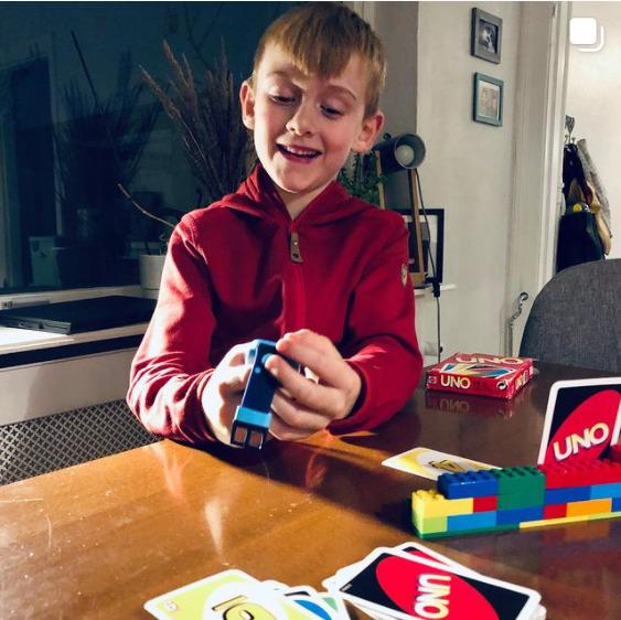 Dreng spiller uno