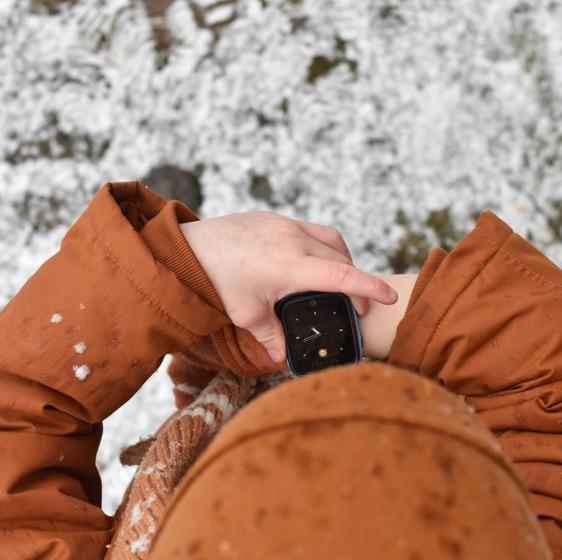 Barn med ur i sneen