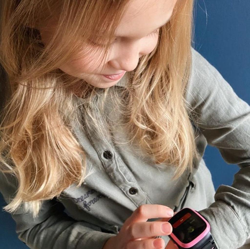 Pige kigger på smartwatch
