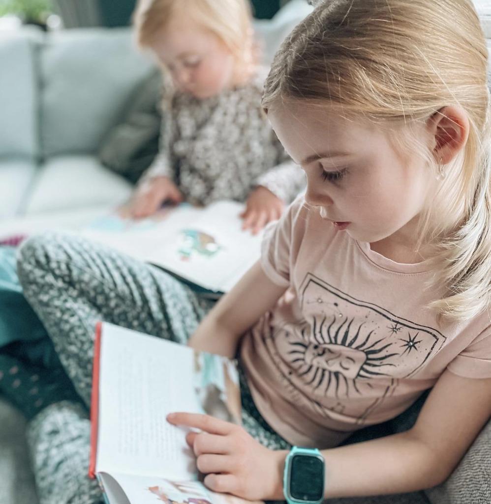 To piger læser i bøger