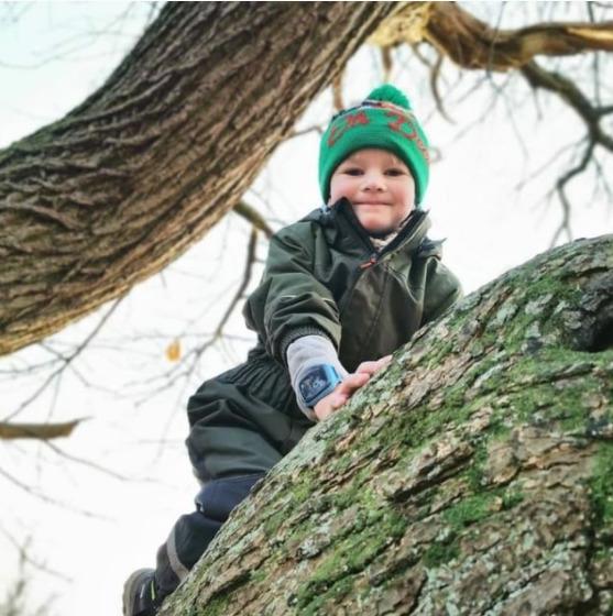 Dreng i træ med ur