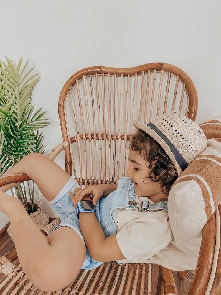 Dreng slapper af i stol
