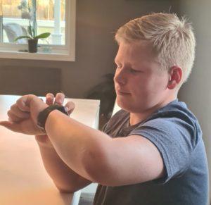 Sander med sit XPLORA smartwatch